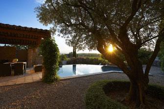 Coucher de soleil sur piscine privative dans le Luberon