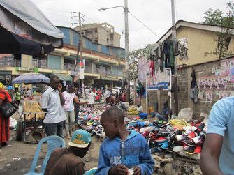 ギコンバマーケットの入口。中古の靴や洋服が山積みになっています。