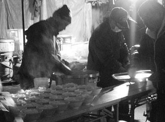 越年・越冬闘争に結集した労働者の腹を満たすために奮闘する炊事班