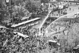 警察の殺人的放水と対峙して闘う韓国労働者(11月14日)