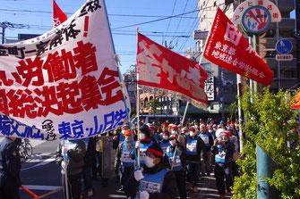 「虐殺弾劾!」「金町解体!」のコールを上げ、山谷を席巻する戦闘的なデモを闘う労働者