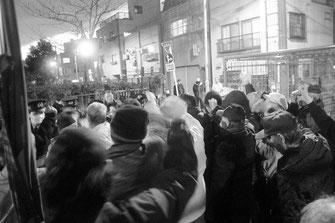 ワッショイデモで機動隊の阻止線に向かって進撃する労働者