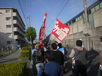 事故現場への追悼デモを闘う集会参加者(4月22日尼崎)
