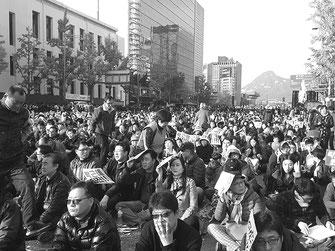ソウル市庁前から光化門通りを埋め尽くす韓国労働者人民(11月12日)