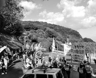 伊方原発ゲート前で再稼働阻止を闘う労働者(10月27日、伊方)