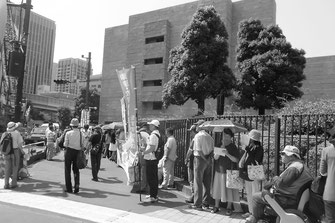 最高裁による不当判決阻止にむけ傍聴に結集した労働者(6月25日、最高裁南門)