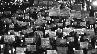 朴槿恵打倒にむけ、毎週闘われたキャンドル集会