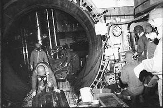 高い放射線量のなかで原発の定期点検作業にあたる原発労働者