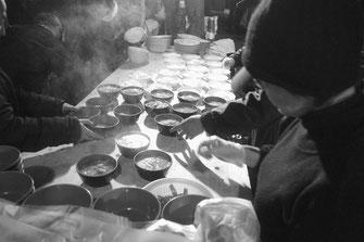 炊事班の奮闘で2000食近くの炊き出しが行なわれた