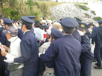 ゲート前で機動隊との肉弾戦を闘う労働者(3月24日)
