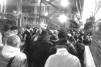 ワッショイデモで警察と対峙する山谷労働者