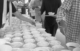 炊事班の奮闘で多くの労働者の腹が満たされた