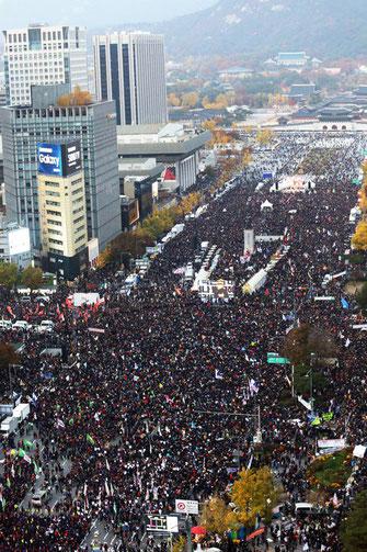 「朴槿恵退陣」をかかげ、ソウル市中心部に結集した韓国労働者人民