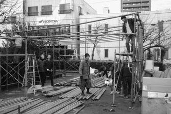 玉姫公園に大屋根を設営する越冬実の労働者たち