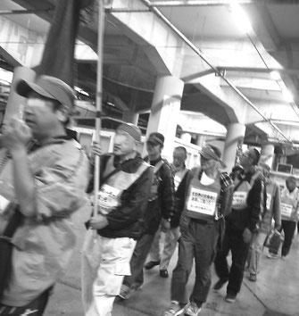 圧倒的な注目をうけ、センターデモを闘う労働者(釜ヶ崎センター)