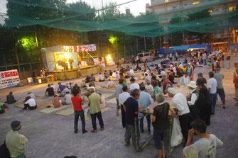 多くの労働者でにぎわう山谷夏祭りの会場・玉姫公園