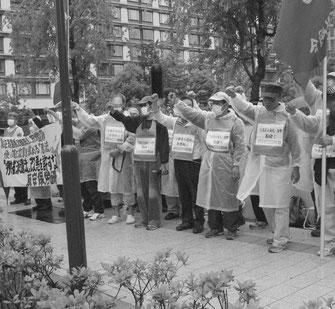 衆院前で「派遣法」改悪阻止の国会闘争を闘う労働者