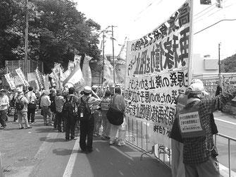 高浜原発北門ゲート前を制圧し、3号機再稼働阻止を闘う労働者(6月6日)