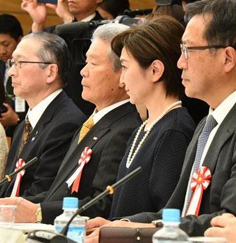 「働き方改革実現会議」に出席する「連合」会長・神津(左端)