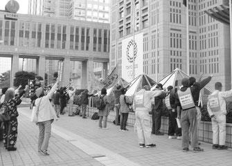 「10・23通達」撤回にむけて闘う労働者(10月22日、都庁前)