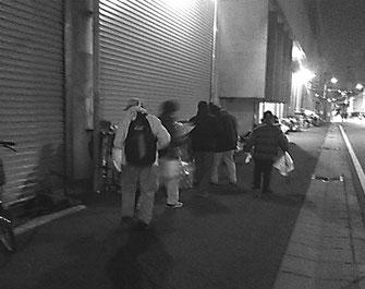 釜ヶ崎のセンターで野宿する労働者のもとを回る人パト隊