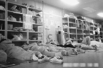 防護服を着たままで休息をとる福島第一原発の労働者