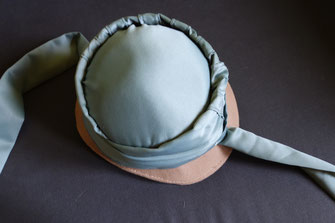 Step 15: Pin the ties in place (© Nina Möller) DIY Regency Bonnet Tutorial