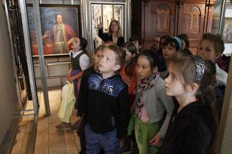 Im Museum Krems begeben sich die Kinder auf Entdeckungstour mit Gerda Koller.  © Stadt Krems.