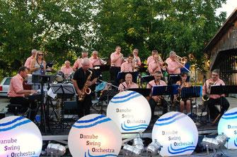 Das Danube Swing Orchestra und Petra Breith gastieren am 1. August im Hof des Kultur- und Gemeindehauses Rohrendorf. Foto: zVg