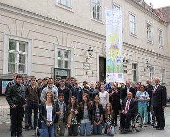 Bürgermeister Dr. Reinhard Resch, Stadtrat Albert Kisling, Gemeinderat Thomas Höhrhan und die Vertreter der Schulen halfen beim Hissen der Fahne . © Stadt Krems.
