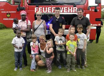 Die Organisatorinnen vom Verein Impulse Birgit Rampsl (2. v.links) und Manuela Leoni (vorne) begrüßten unter den vielen Gästen Gemeinderat Werner Stöberl (1. v.rechts) beim 5. Spielefest.  © Stadt Krems.v