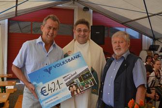 """Karl Reuter (links) und Karl Weber (Mitglieder des Kulturvereins """"denkmalgedersdorf"""" ) mit Pater Bartholomäus. Foto: WaPA"""