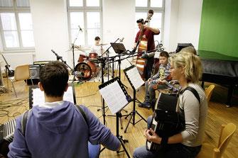 Die jungen NachwuchsmusikerInnen der Musikschule Krems bei den Aufnahmen zur CD.  © Stadt Krems.