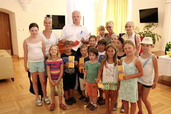 Die Kinder vom Kremser Ferienspiel besuchten Stadtchef Dr. Reinhard Resch. © Stadt Krems