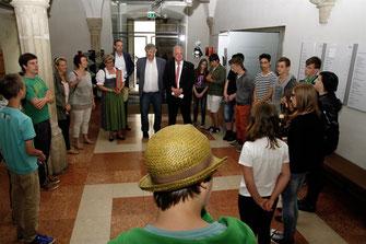 Bürgermeister Dr. Reinhard Resch und Vizebürgermeister Gottfried Haselmayer dankten den Schülerinnen und Schülern der ASO Krems für ihre kreativen Gestaltungsvorschläge zum Stadtparkbrunnen. © Stadt Krems