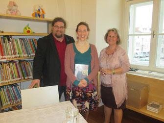 V.l.n.r.: GR Mag. Klaus Bergmaier, Autorin Elisabeth Steinkellner, Büchereileiterin Christiana Reischl. Foto: zVg.