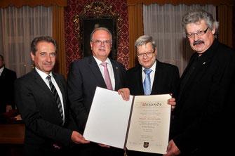 Prof. Dr. Dieter Falkenhagen (2. von rechts) wurde vor zwei Jahren mit dem Ehrenring der Stadt Krems ausgezeichnet (im Bild mit Bgm. Dr. Reinhard Resch und den Vizes Mag. Wolfgang Derler und Gottfried Haselmayer).© Stadt Krems.
