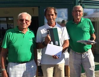 V.l.n.r.:Friedrich Höger, Franz Kastan (Bruttosieger), Peter Walek (GCO Seniorencaptain). Foto: zVg
