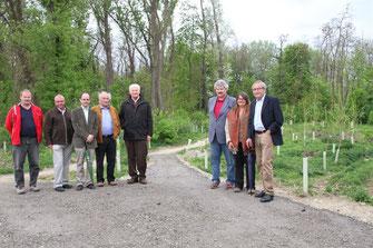 Vertreter der Stadt Krems und des ÖAMTC Krems erkunden die neue naturnahe Radbahn in der Au. Foto: Stadt Krems.