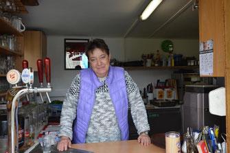 Helene König in ihrer Imbissstube am Mauterner Badeteich. Foto: WaPA