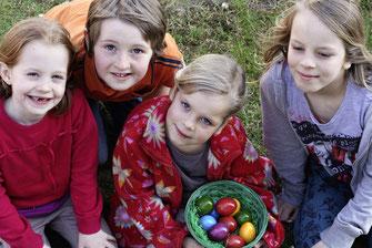 Besonders für die Kleinen ist das Osternesterl- Suchen ein Spaß. Foto: zVg