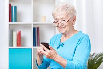 Seniorin mit Mobiltelefon