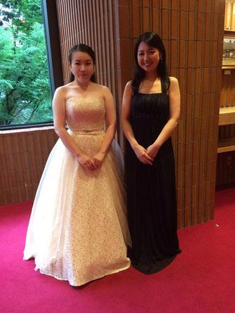 齋藤青麗さん(左)とピアノの谷合千文さん(右)