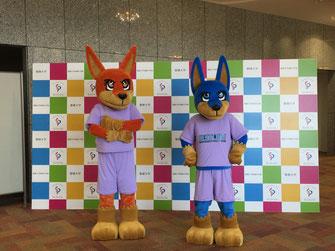 聖徳大学の新オフィシャルキャラクター「ファイ」(左)と「リーン」(右)