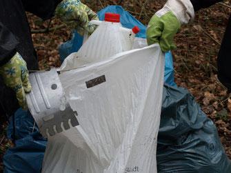 NABU Salzgitter sammelt Abfall am Heerter See. Foto: NABU/M. Gräwe