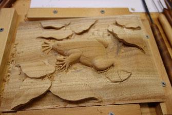 アフリカツメガエル 木彫り壁掛け