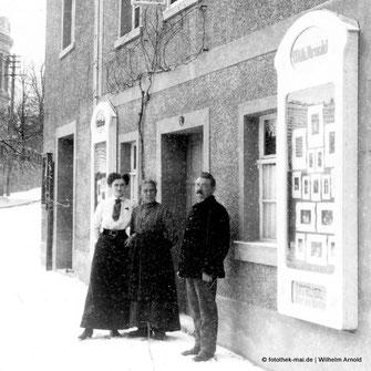 Die Eröffnung des Ateliers Wilhelm Arnold in Freyburg/Unstrut um 1914, Aufnahme mit Frau und vermutlich Mutter