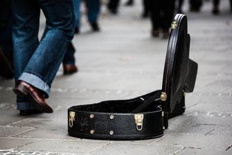 Gitarrenkoffer auf Straße
