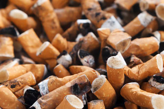 Aschenbecher voller Zigaretten