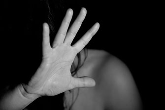 Person schützt sich mit Hand vor Angst